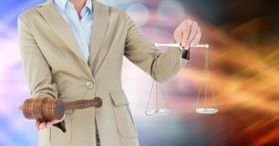 Midsection sędziego mienia prawo i młoteczek waży Obrazy Stock