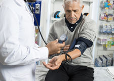 Midsection Sprawdza Cierpliwego ` s ciśnienie krwi Męski chemik Fotografia Stock