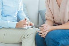 Midsection terapeuta z pacjentem obraz stock
