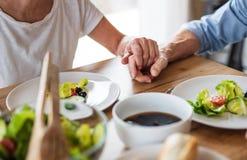 Midsection van hoger paar in liefde binnen thuis, hebbend lunch royalty-vrije stock fotografie