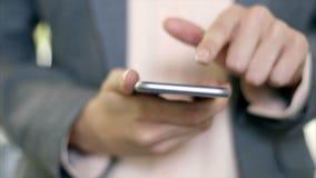 Midsection van onderneemster die slimme telefoon in bureau met behulp van stock video