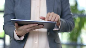 Midsection van onderneemster die slimme telefoon in bureau met behulp van stock videobeelden