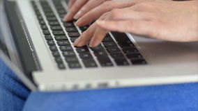 Midsection van ontspannen vrouw die tabletcomputer op bank met behulp van stock video