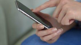 Midsection van vrouw die slimme telefoon thuis met behulp van stock videobeelden