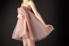 midsection widok pozuje w różowej szyfon sukni czuła dziewczyna, obraz stock