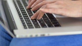 Midsection zrelaksowana kobieta używa pastylka komputer na kanapie zbiory wideo