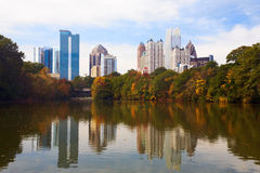 Midtown Atlanta refletida no lago. Imagens de Stock