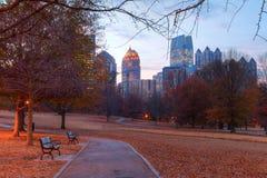 Midtown crépusculaire Atlanta et colline de chêne en parc de Piémont, Etats-Unis Image stock
