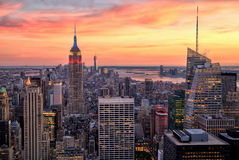 Midtown de New York City com o Empire State Building em por do sol surpreendente Imagem de Stock Royalty Free