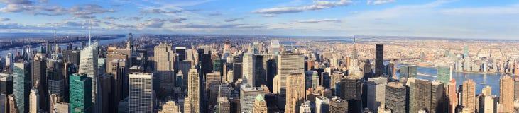 Midtown de New York City Manhattan en la oscuridad con illumin de los rascacielos Foto de archivo