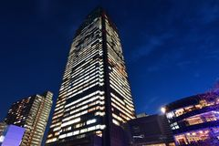 Midtown de Tokio durante hora azul foto de archivo libre de regalías