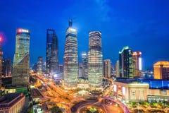 Midtown di Shanghai alla notte immagini stock
