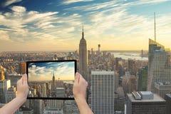 Midtown Manhattan i verkligheten och i minnestavla Arkivbild