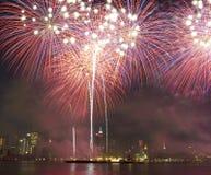 Midtown-Manhattan-Skyline mit drastischen Feuerwerken Stockbild
