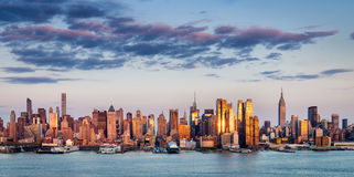 Midtown Manhattan Wolkenkratzer, die Licht bei Sonnenuntergang, New York City reflektieren stockbild