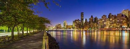 Midtown Manhattan Wolkenkratzer und der East River in der Dämmerung von Roosevelt Island-Promenade im Sommer New York City lizenzfreie stockfotografie