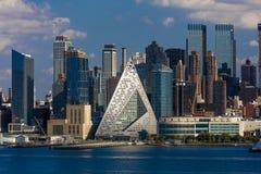 Midtownhorisont av Manhattan, New York visar VIA 57 som är västra på västra 57th St 625 i helvetes kökpyramiden och Hudson River, Arkivfoto