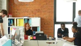 Mieć dobrego czas wśród różnorodnych kolegów w początkowym biznesowym biurze zdjęcie wideo