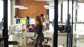 Mieć dobrego czas wśród różnorodnych kolegów w początkowym biznesowym biurze zbiory