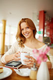Mieć kawę w kawiarni zdjęcia royalty free