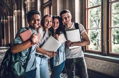 Mieć najlepszy czas z przyjaciółmi Grupa uśmiechnięci szkoła średnia ucznie stoi wpólnie fotografia stock