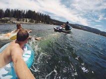 Mieć zabawę bawić się w jeziorze Obraz Stock