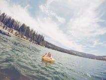 Mieć zabawę bawić się w jeziorze Zdjęcia Royalty Free