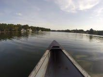 Mieć zabawę bawić się w jeziorze Zdjęcia Stock