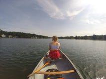 Mieć zabawę bawić się w jeziorze Obrazy Stock
