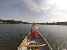 Mieć zabawę bawić się w jeziorze Fotografia Royalty Free