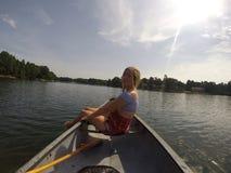 Mieć zabawę bawić się w jeziorze Zdjęcie Royalty Free
