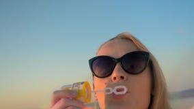 Mieć zabawę na wakacje z dmuchanie bąblami zdjęcie wideo