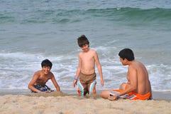 Mieć zabawę przy plażą obrazy stock