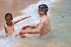 Mieć zabawę w morzu, lato sezon Obrazy Stock