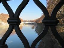 Mieć zerknięcie przy rzeką zdjęcia royalty free