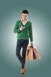Mień torba na zakupy i używać telefon komórkowy zdjęcia stock