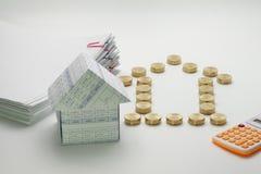 Mieści i stos złociste monety z kalkulatorem Fotografia Stock