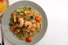 Mie goreng, stekt berömd indonesisk kryddig maträtt för gul för nudelräka havs- för grönsak för tomat för ägg för vitlök för scha Fotografering för Bildbyråer