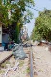 Śmieci jako przeszkoda na torach szynowych Fotografia Royalty Free