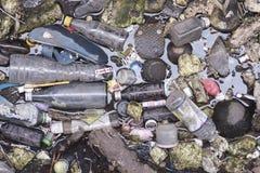 Śmieciarski zanieczyszczenie w rzece robi wodzie brudna Zdjęcia Royalty Free