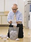 śmieciarskiego samiec papieru czytelniczy senior Zdjęcie Stock
