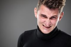 Miedo/ansiedad/pesar/incertidumbre en un hombre joven imágenes de archivo libres de regalías