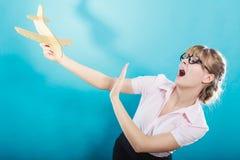 Miedo de la mosca Mujer que sostiene el aeroplano disponible fotografía de archivo libre de regalías