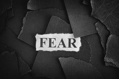 miedo Los pedazos rasgados de papel negro y de palabra temen Imagen de archivo libre de regalías
