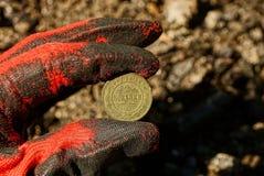 Miedziana stara moneta w ręce Zdjęcia Royalty Free