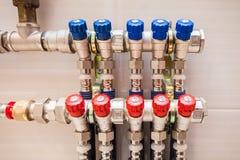 Miedziane klapy, nierdzewne balowe klapy, detektor woda i plastikowe drymby, środkowy ogrzewanie i wodne drymby Fotografia Royalty Free