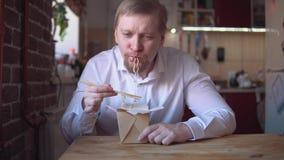 Miedzianobrody biznesmen je natychmiastowych kluski bardzo gorących i korzennych zdjęcie wideo