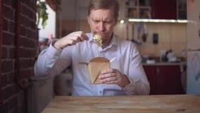 Miedzianobrody biznesmen je natychmiastowych kluski bardzo gor?cych i korzennych zdjęcie wideo