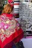 Miedzianowłosa kobieta z czerwonymi kotów ucho w czerwieni z kwiatu szalikiem na kapitałkach i srebnych kolczykach robić ręcznie  zdjęcia stock