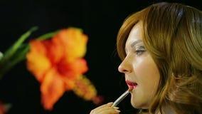 Miedzianowłosa aktorka w przebieralni robi wargi makeup czerwona glosa przygotowywa iść na scenie zbiory wideo